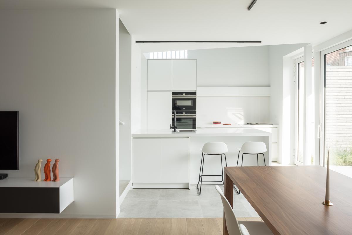 Woon-, kook- en eetgedeelte vormen een harmonieus geheel.©Annick Vernimmen