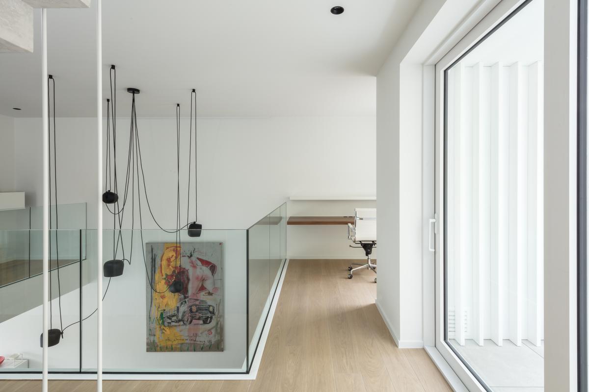 De werkplek op de eerste verdieping staat in verbinding met de woonkamer.©Annick Vernimmen