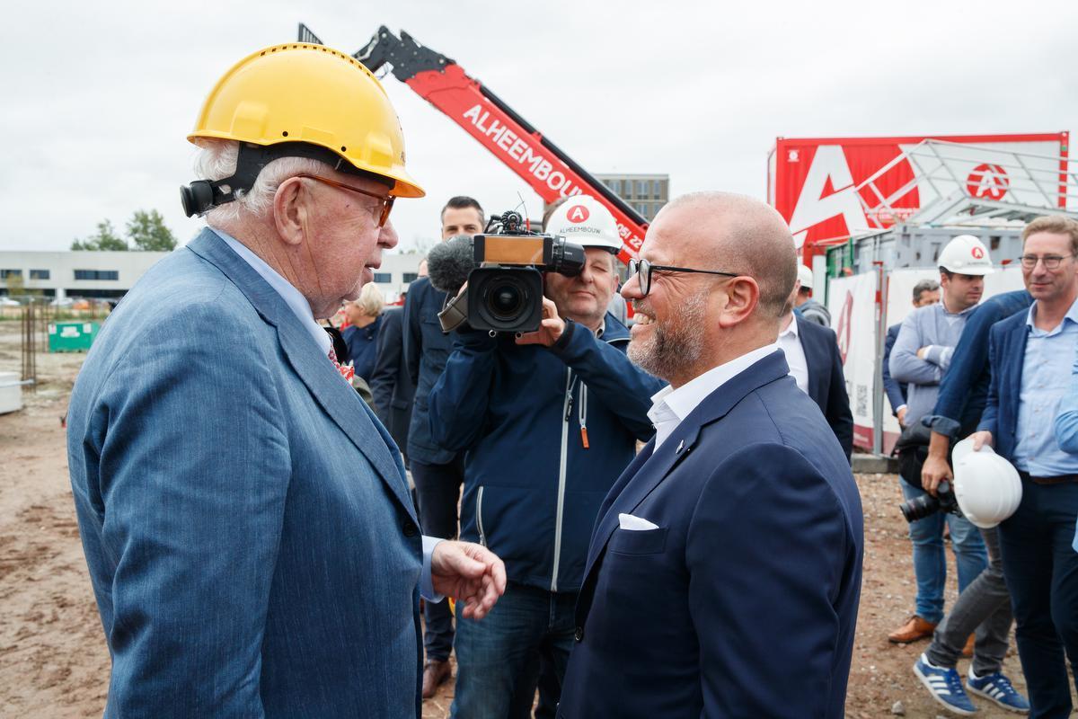 Samen met Bart Verhaeghe van Club Brugge bij de presentatie van de bouw voor een nieuw trainingscomplex in Knokke-Heist.© BELGA