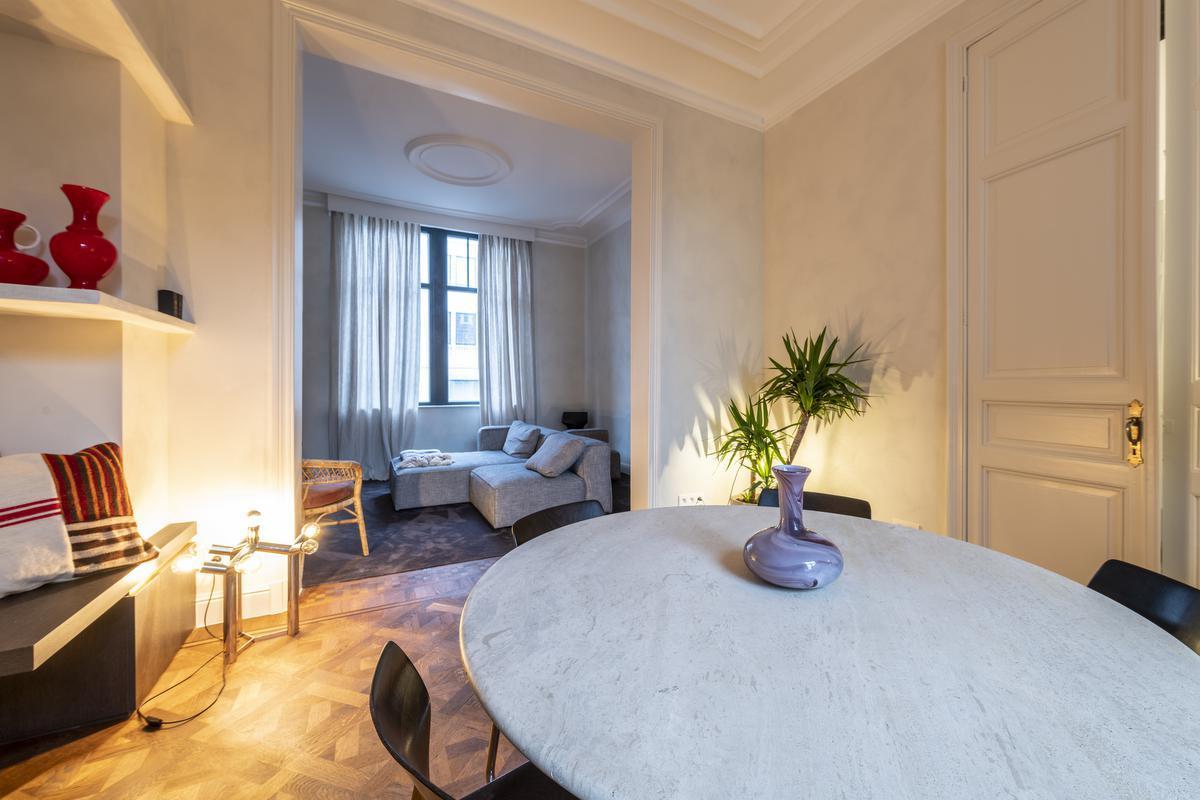 De authentieke parketvloer werd bewaard, de sierlijsten aan het plafond werden opgefrist.© Pieter Clicteur