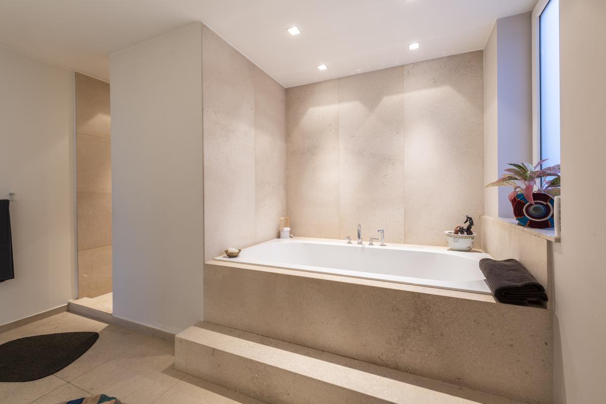 In de badkamer in natuurlijke tinten kom je helemaal tot rust.© Pieter Clicteur