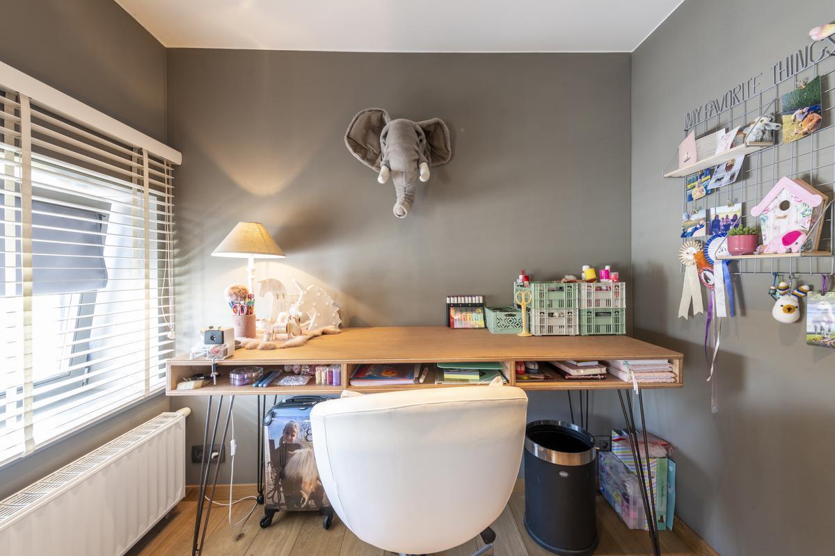 Ella's bureautje maakte Dominiek uit houten planken en het onderstel van een antiek kastje.©Pieter Clicteur;Pieter Clicteur