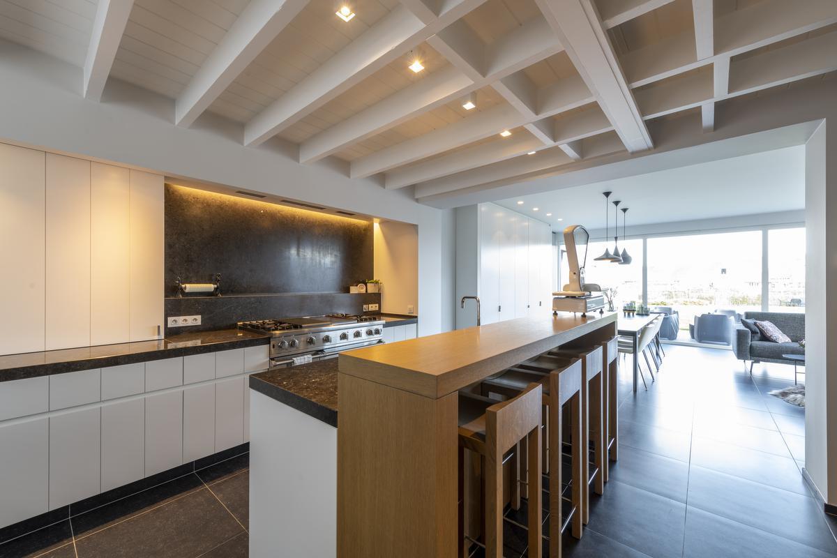 Voor de praktische keuken werden duurzame, onderhoudsvriendelijke materialen gebruikt.© Pieter Clicteur