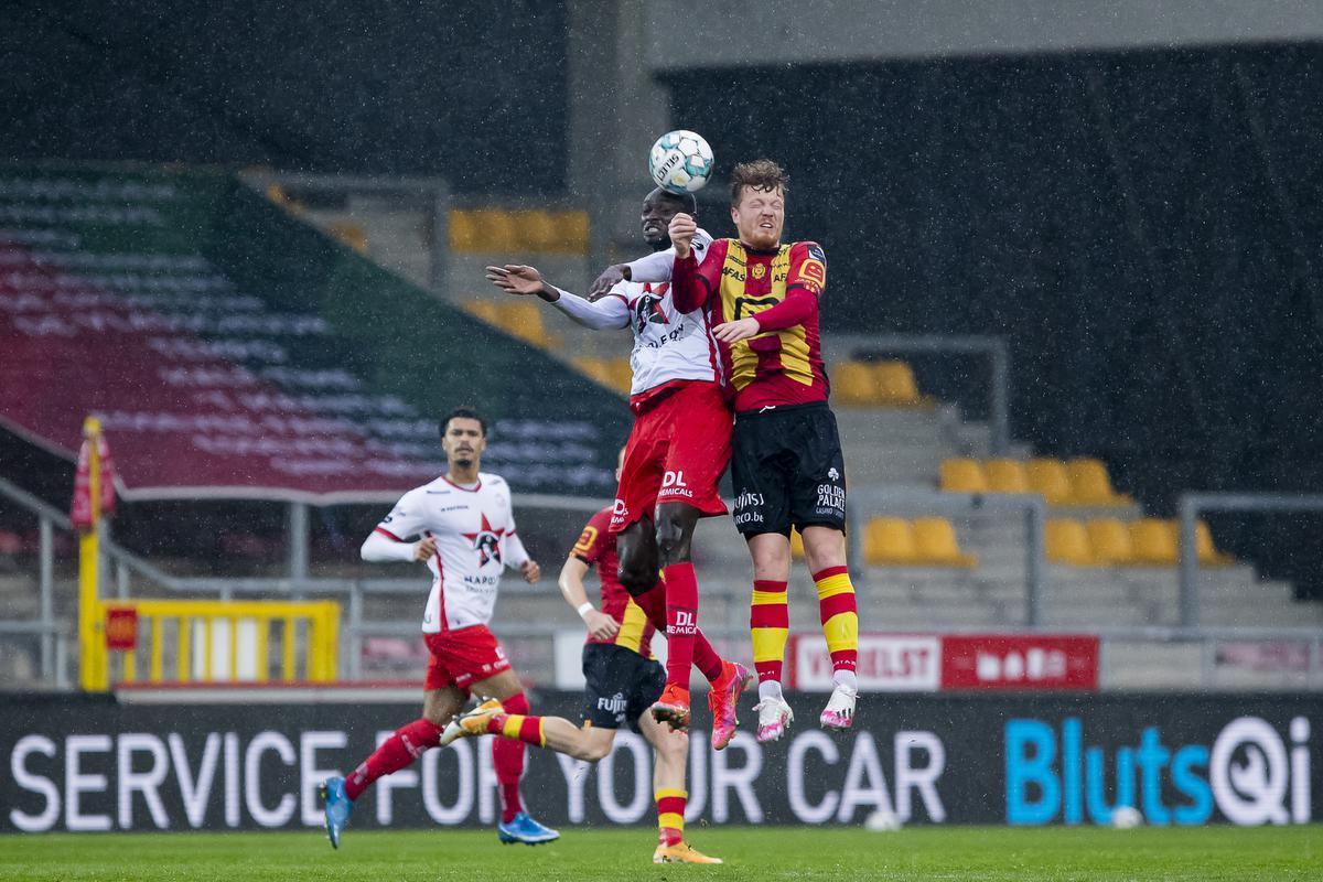 Ibrahima Seck in duel met Mechelse Ferdy Druijf.©KRISTOF VAN ACCOM BELGA