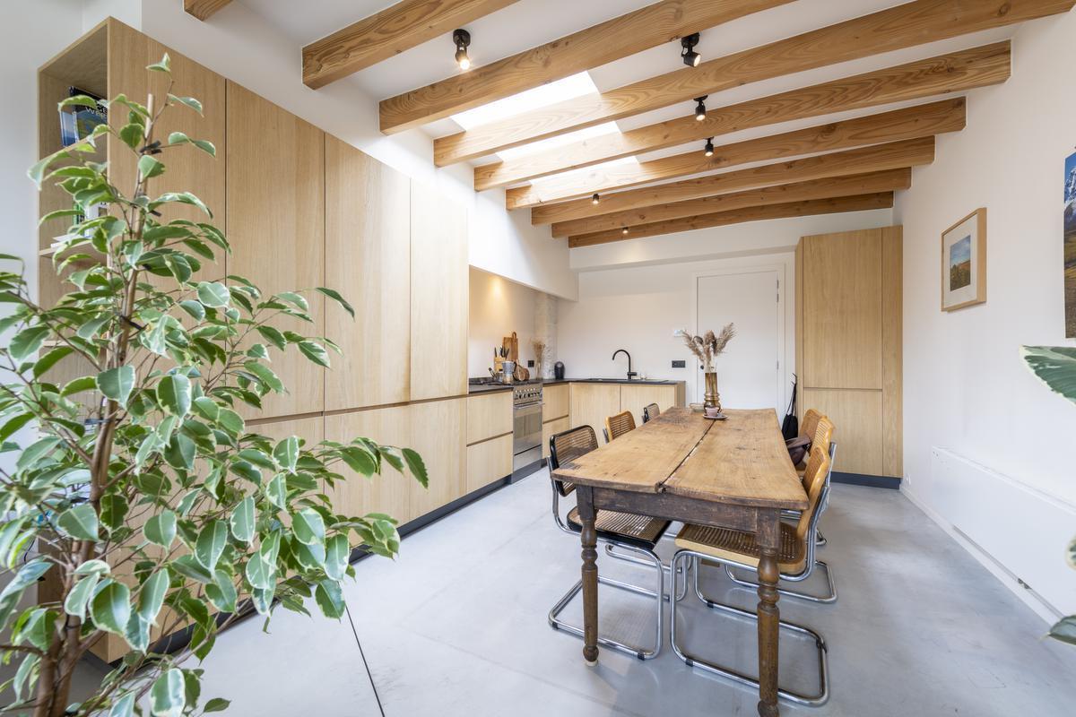 De stevige houten tafel die ze zelf opknapten is het pronkstuk in de keuken.© Pieter Clicteur