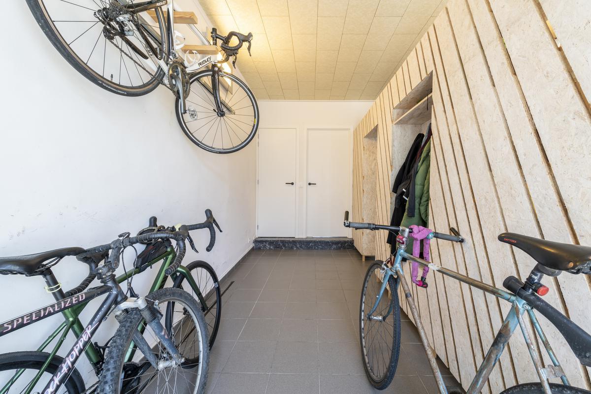 De oude garage is nu een handige opbergruimte met houten mobiele wand voor onder meer de fietsen, jassen...© Pieter Clicteur