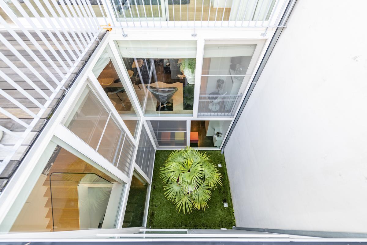 De loft is strak en modern ingericht met hier en daar groene accenten die rust brengen.© Pieter Clicteur