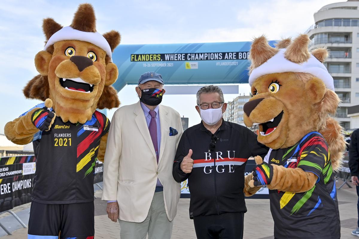 Burgemeester Leopold Lippens en burgemeester Dirk De fauw in september 2020, tijdens de bekendmaking van het parcours van het WK wielrennen voor september 2021.©DIRK WAEM BELGA