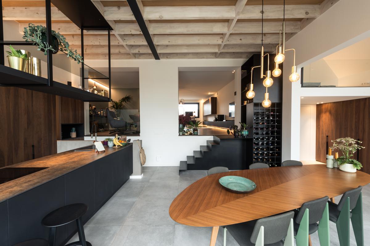 Kleur en textuur connecteren in de keuken. Een keramieken werkblad alludeert op het gebruik van cortenstaal. De walnoten eettafel van Garcia Cumini voor Zanotta is dé plek voor graag geziene gasten.© ARG Architecten