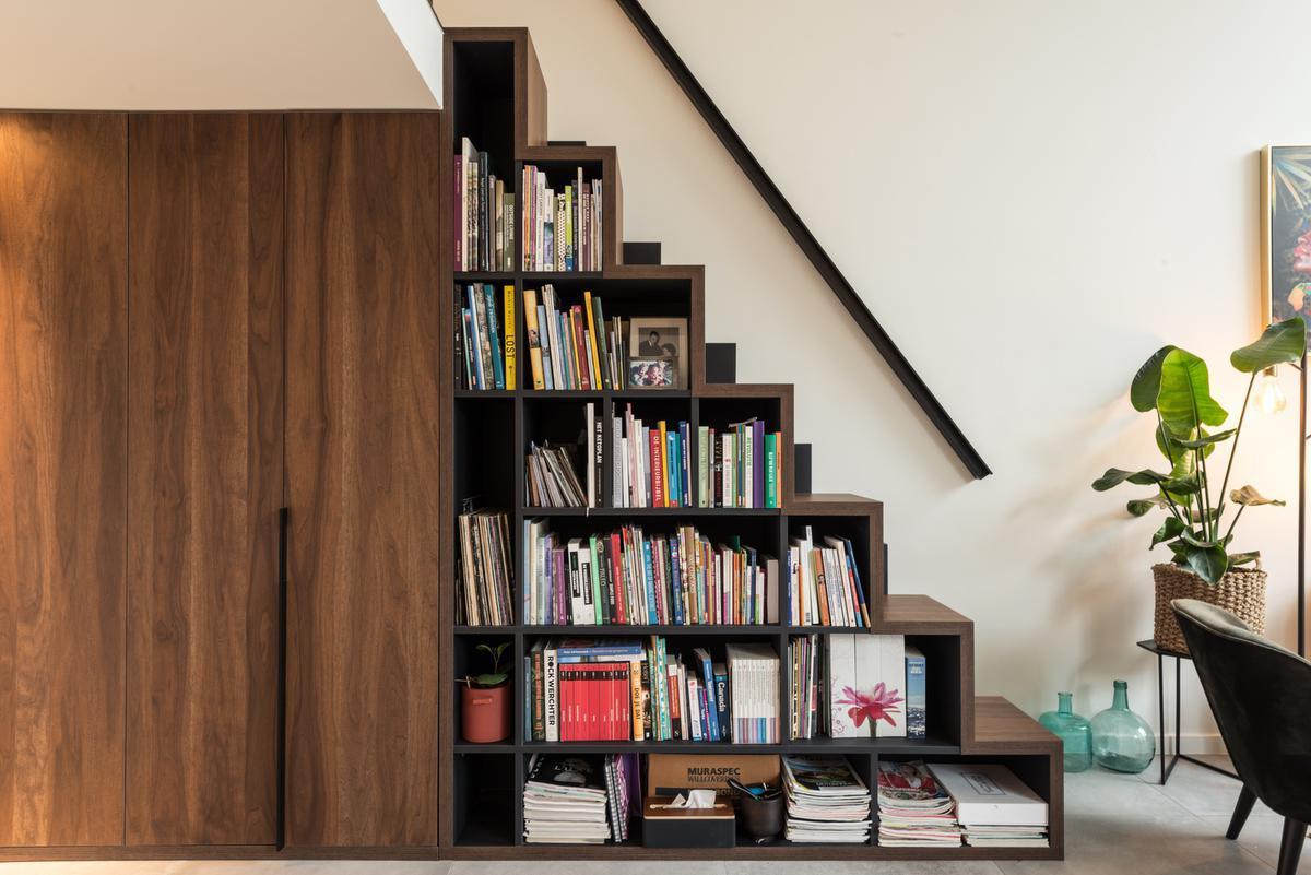 De kasten en inventieve boekentrap zijn 100% Belgisch en handgemaakt schrijnwerk van DECA Interieur uit Lichtervelde.© ARG Architecten