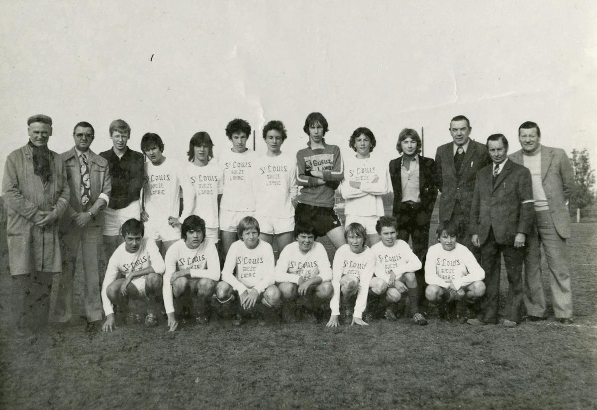 Laurens Monteyne (staand vierde van links) bij de jeugd van KSV Ingelmunster.