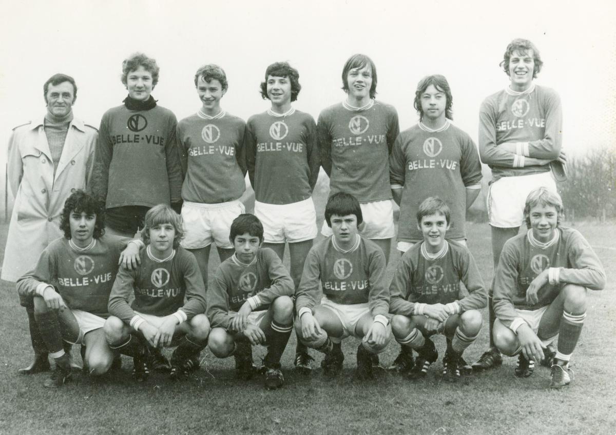 Laurens Monteyne (gehurkt derde van rechts) bij de jeugd van RSC Anderlecht.