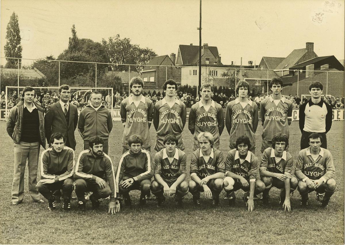 Marc Nonkel (derde vooraan vanaf rechs) in het elftal van SK Oostnieuwkerke.