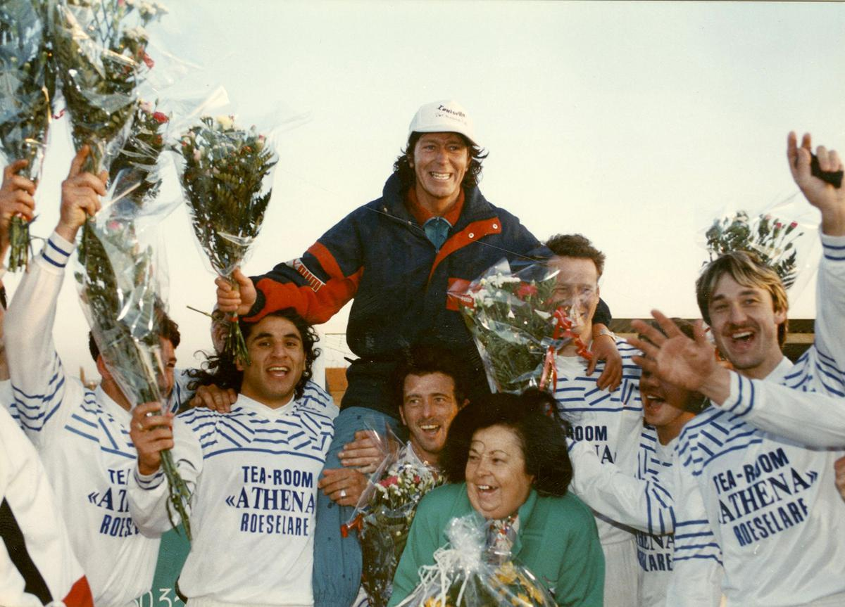 In zijn eerste seizoen bij KFC Lendelede speelde het team meteen kampioen en werd Marc op de schouders gehesen.