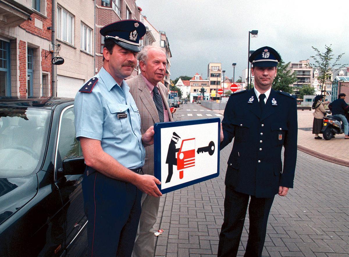 Bij de presentatie van een nieuw preventiebord om diefstal in auto's tegen te gaan. Een beeld uit 1998.© BELGA