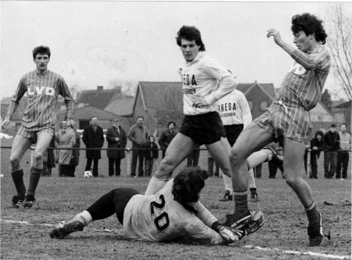 In de wedstrijd Moen-Gullegem haalt de doelman het leer uit de voeten van Marc Nonkel.