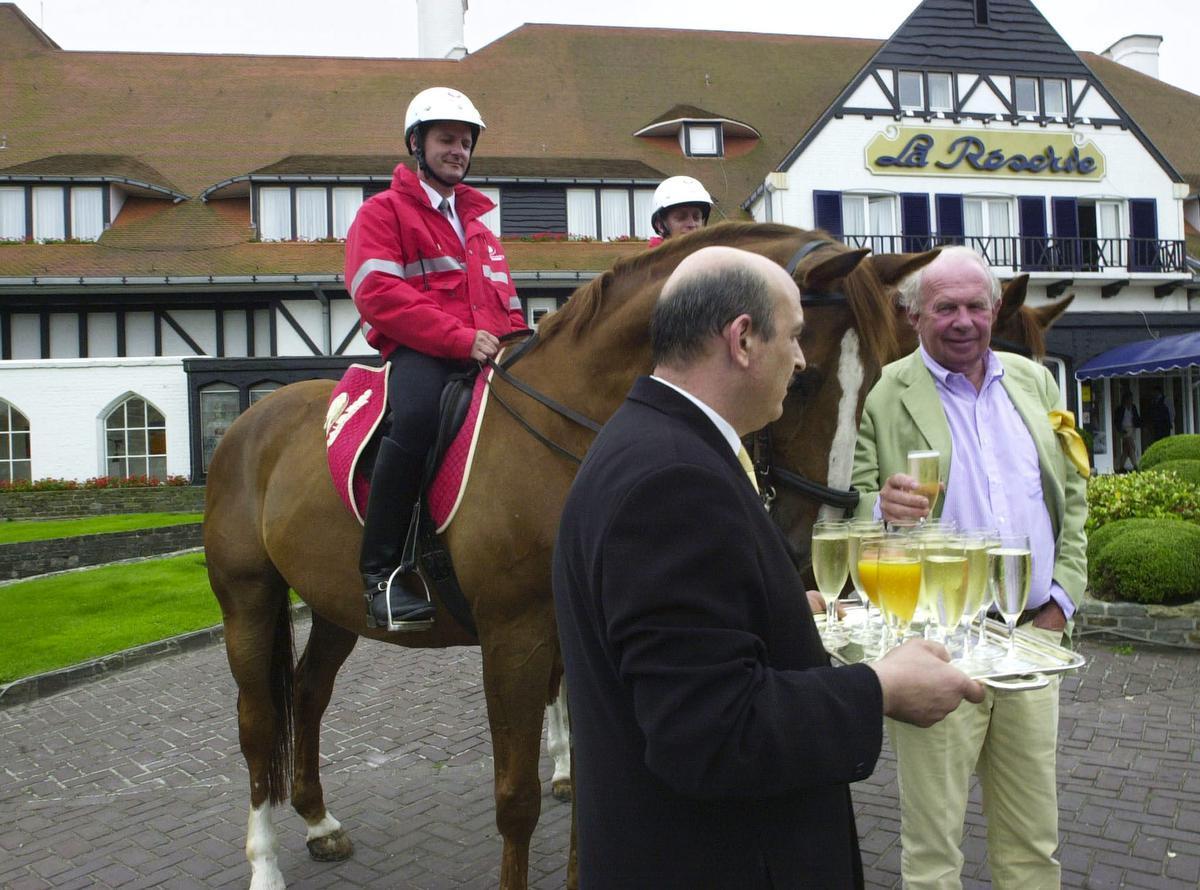 Tijdens een persconferentie in 2002 over hoe een privéfirma 's nachts het strand zou bewaken met paardenpatrouilles.© BELGA
