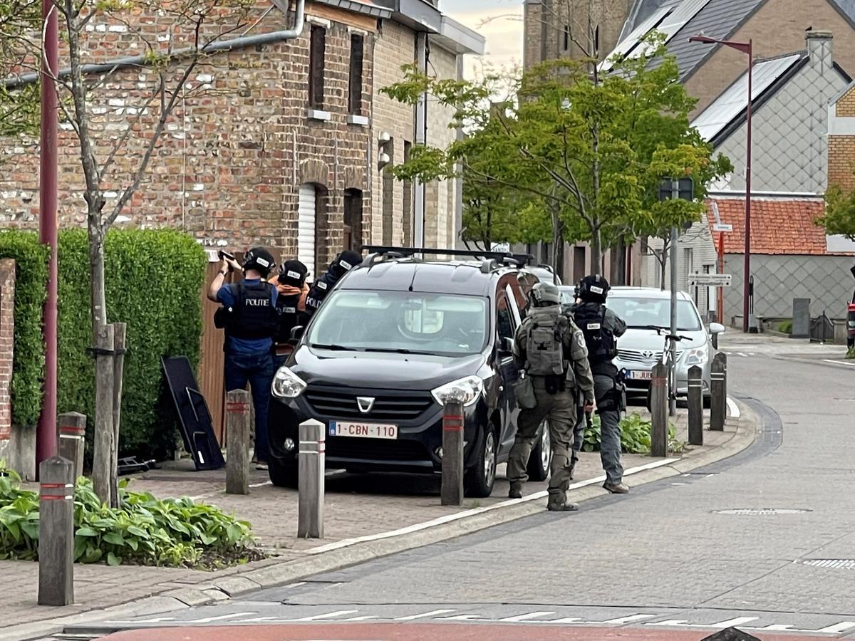 De politie viel gisterenavond binnen in de woning van de schutter in Zandvoorde.© GF