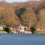 Une micromaison sur un lac