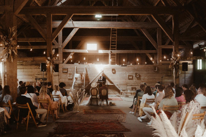 Trouwceremonie in oude schuur