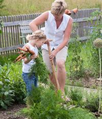 enfant jardin jardinage