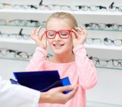 Pour les enfants, l idéal est de choisir une monture en titane «à mémoire»  ou en cellulose souple, à l image des lunettes de sportif. 112c4d6c627e