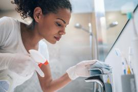 Désinfecter chez soi: avec de l'eau de javel ou de l'alcool ménager?