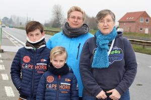 Peggy Van Der Kelen en Carole Jacquy wonen met hun zoontjes Tibe en Tim langs de Keiweg waar tot hun tevredenheid trajectcontrole komt.© Laurette Ingelbrecht