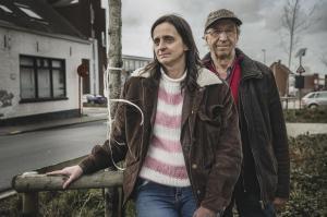 Wendy en Luc Demeestere, de mama en opa van de betreurde Kato, op de plaats van het ongeval. (foto Olaf Verhaeghe)