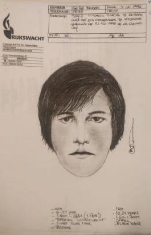Op deze robotfoto van 'een jongeman van het donkerhuidige type en zwart sluik haar' werd Hilde Van Acker herkend. (GF)