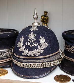 Een ceremoniële helm van een commissaris onder Leopold II, eind 19de eeuw.© Davy Coghe