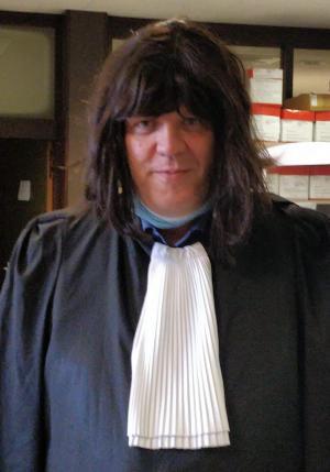 Advocaat Kris Vincke met de bewuste pruik op het hoofd. (gf)