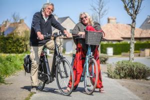 Willy Verbeek en Greet Lornoy uit Bredene kregen een pv omdat ze even uitrustten op een bankje, maar uiteindelijk werd de zaak geseponeerd. (foto BP)