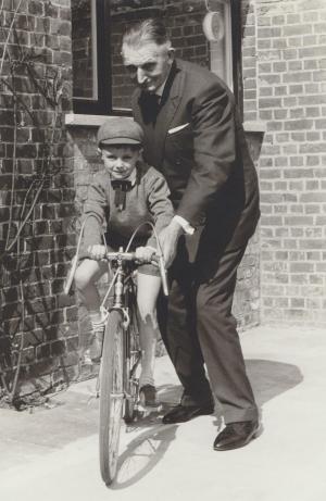 Jules Vanhevel als warme opa, met kleinzoon Frank Vandekerckhove.©gf