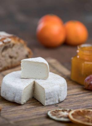 Ook verse voeding kun je zonder plastic verpakking aanschaffen, zoals deze vegan kaas.© Facebookpagina Zonder Meer