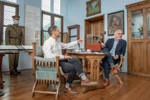 Onze journalist Paul Cobbaert in gesprek met Peter Mertens.