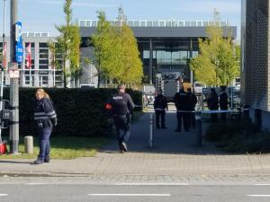 De politie liet donderdag niets aan het toeval over op de campus van Vives Kortrijk: elk lokaal, elk gebouw werd grondig doorzocht.