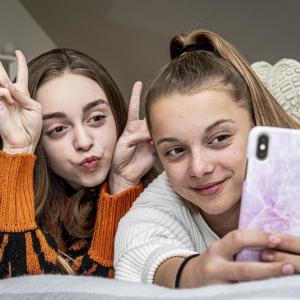 Luna en Hailey (12) superpopulair op TikTok:
