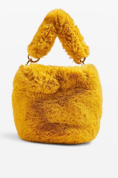818febd7474 Als je helemaal mee wil zijn, kies je een faux fur tasje in felle kleur om  die van de Chanel catwalk te evenaren.