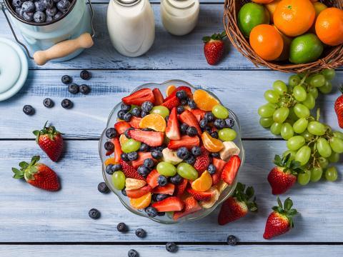 Vidéo: Comment faire une salade de fruits super rapidement?