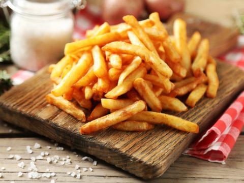 Vidéo: Comment mange-t-on les frites partout dans le monde?