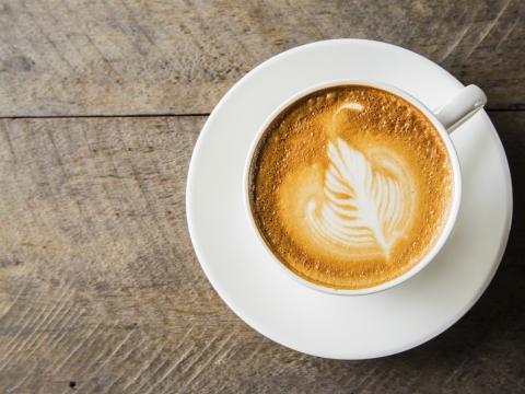 Dit is waarom je beter niet meteen koffie kunt drinken 's ochtends
