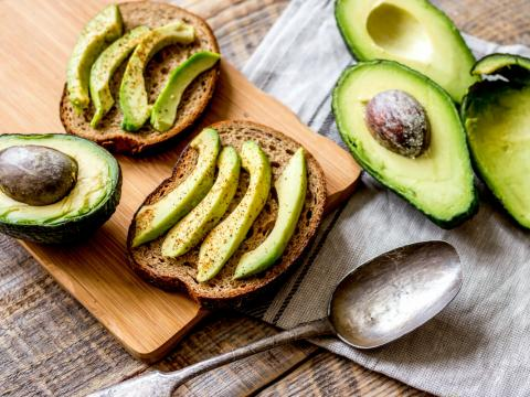 Hoe ontpit en pel je een avocado?
