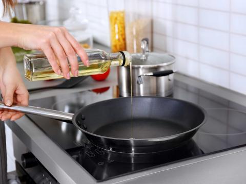 Dankzij deze trucjes weet je of de olie in je pan heet genoeg is