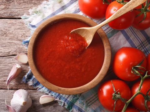 8 manieren om je gekochte tomatensaus lekkerder te maken
