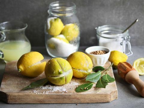 Zo maak je zelf gekonfijte citroenen