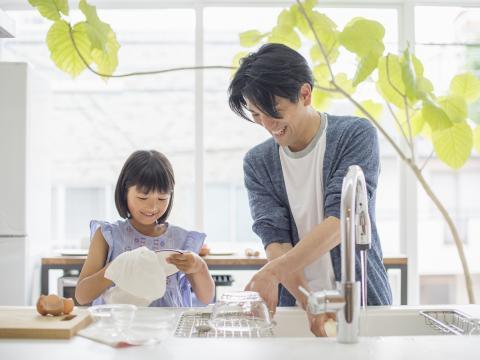 Doe je de afwas beter in de vaatwasser of met de hand?