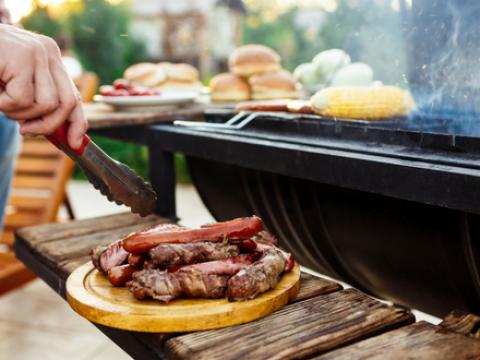Met dit trucje blijft je vlees of vis niet aan de barbecue plakken