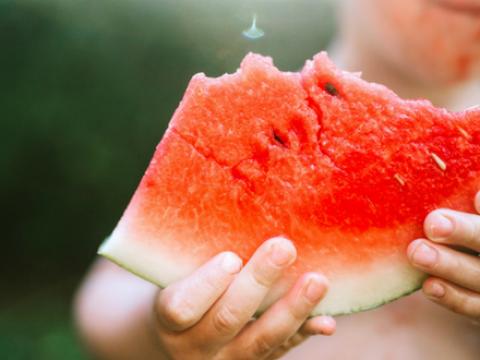 Zo snij je een stuk watermeloen zonder mes