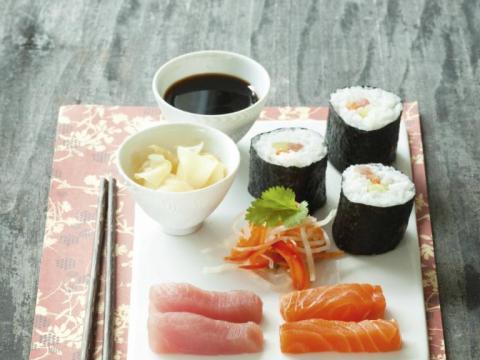 Hoe rol je zelf sushi?